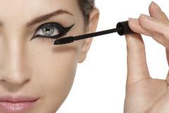 Image of model applying Mascara